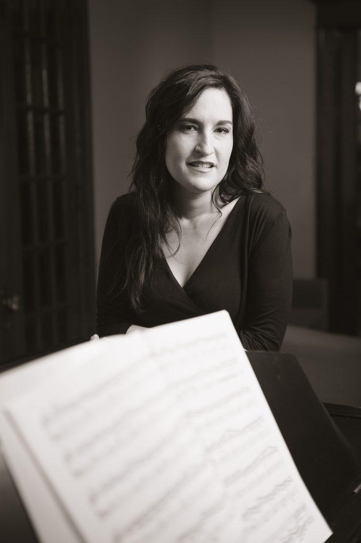 Casting : Roseline Blain - Pianist & choral maestro, KW: Artiste, Musicien, Noir & Blanc