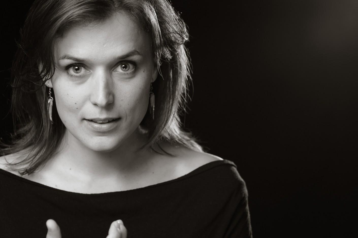 """Casting : Catherine """"Gazelle"""" LeSaunier -, KW:  Artiste, Cheveux bruns, FondNoir, Fonds, Musicien, Noir & Blanc, Physique"""