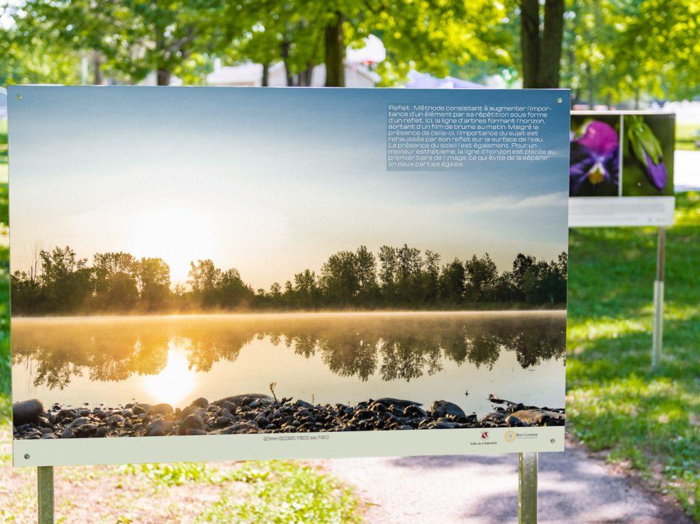 Un très tôt matin d'été au lac Fauvel.  Panneau exposition en plein air au parc Lorraine, KW:  Lorraine