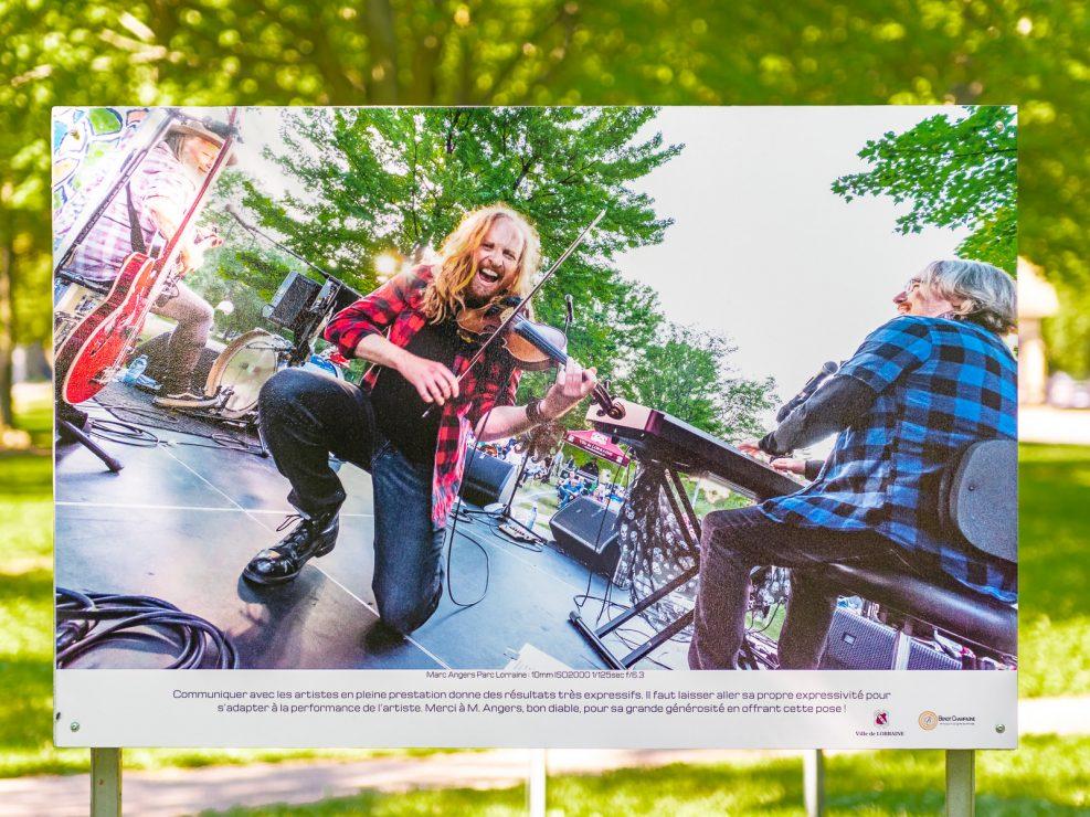 Prestation enlevante de Marc Angers dans un spectacle en plein air.   Panneau exposition en plein air au parc Lorraine, KW:  Lorraine